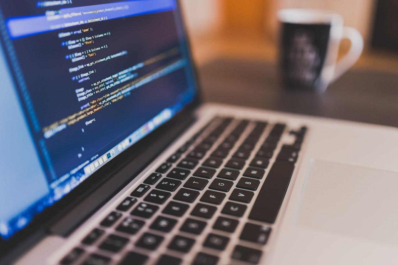 macbook-ecran-developpement-web-informatique