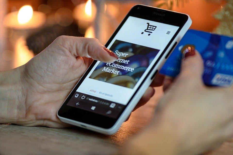 Smartphone sur lequel un client fait ses achats sur un site e-commerce