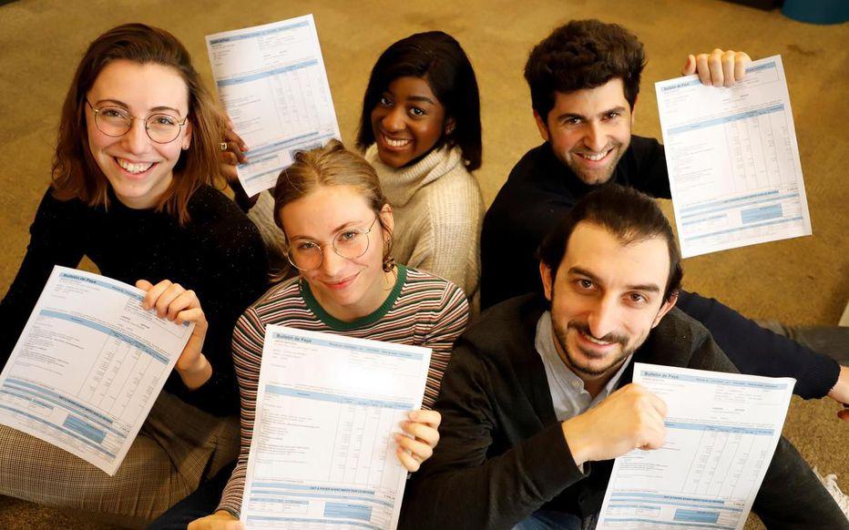 Les salariés de la startup Adopte Un Bureau affichent leurs salaires