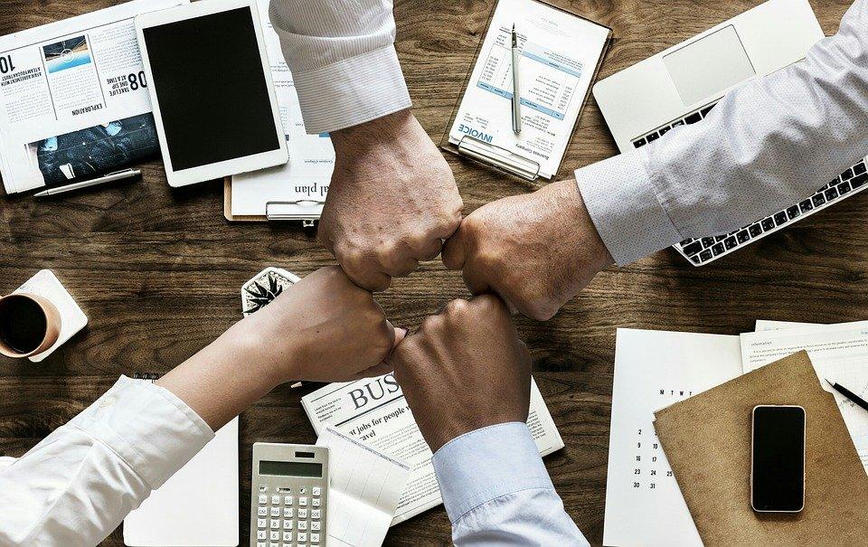 Des collaborateurs travaillent ensemble grâce à des outils d'écriture collaborative