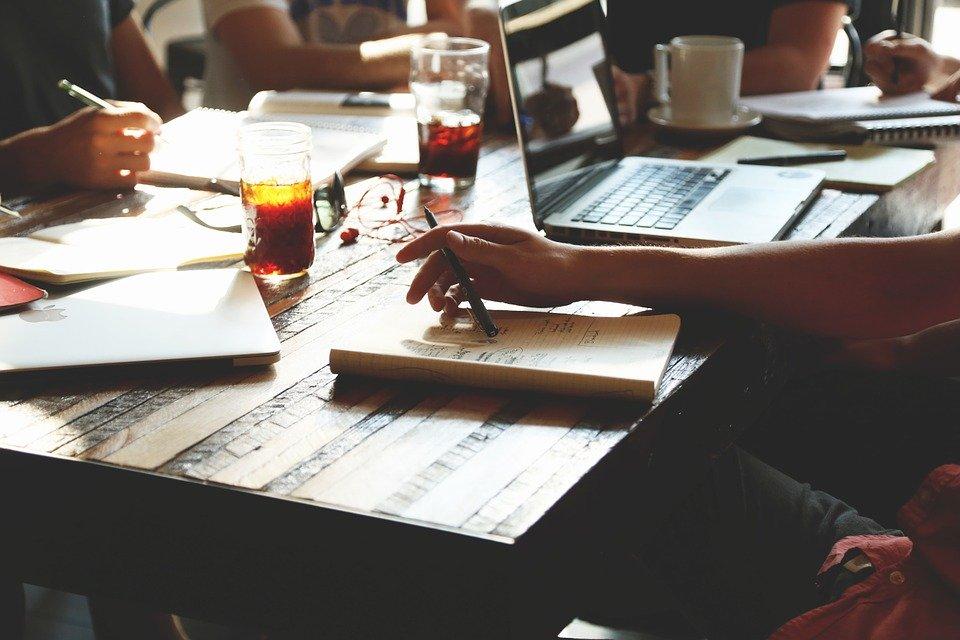 Plusieurs auteurs collaborent ensemble grâce aux outils de d'écriture collaborative