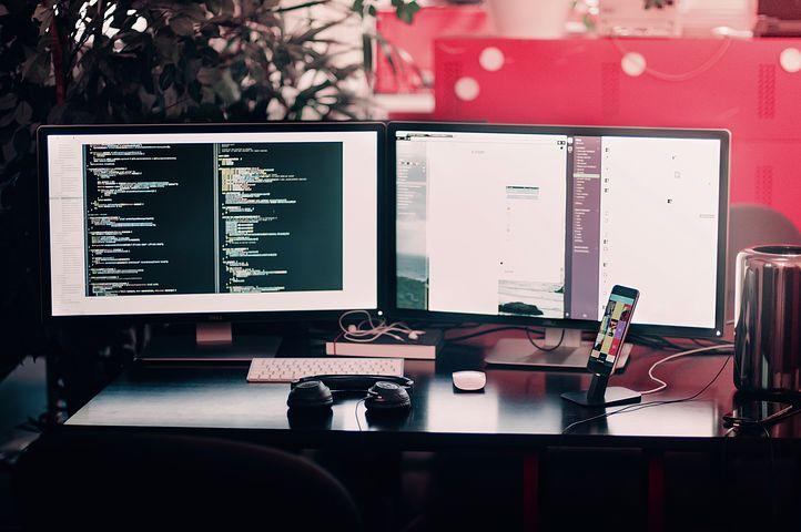Plusieurs ordinateurs utilisés pour faire de la veille digitale grâce aux lecteurs de flux RSS